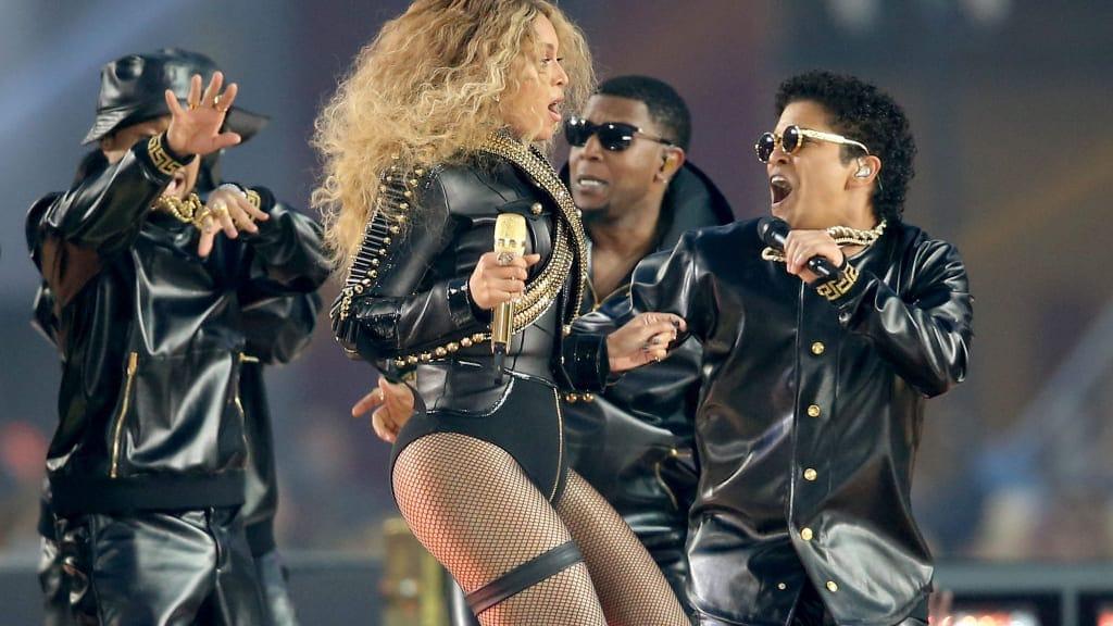 Beyoncé e Bruno Mars no show do intervalo do Super Bowl 50