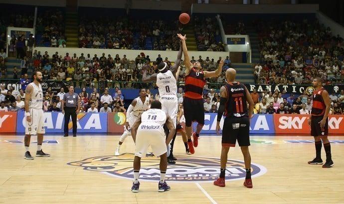 Início de jogo de basquete
