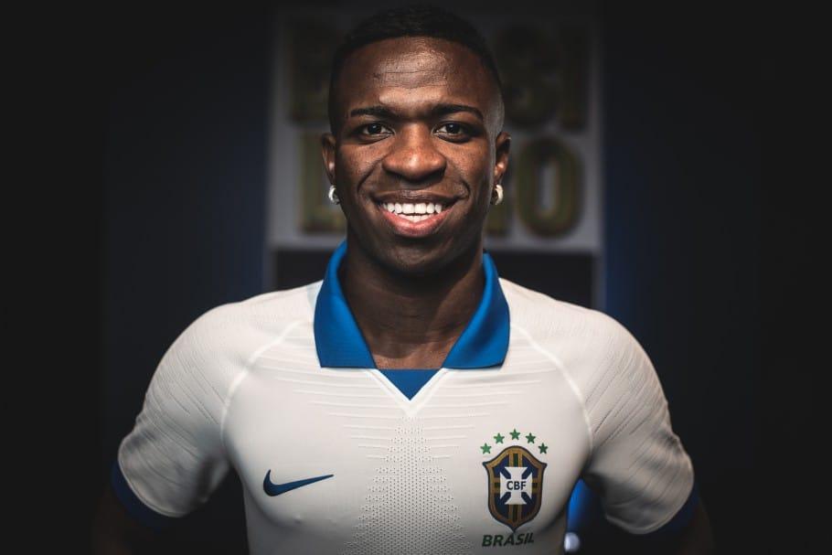 Camisa branca da Seleção Brasileira apresentada por Vinícius Júnior