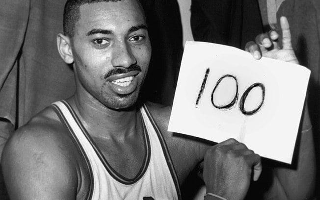 Wilt Chamberlain marcou 100 pontos em um jogo da NBA