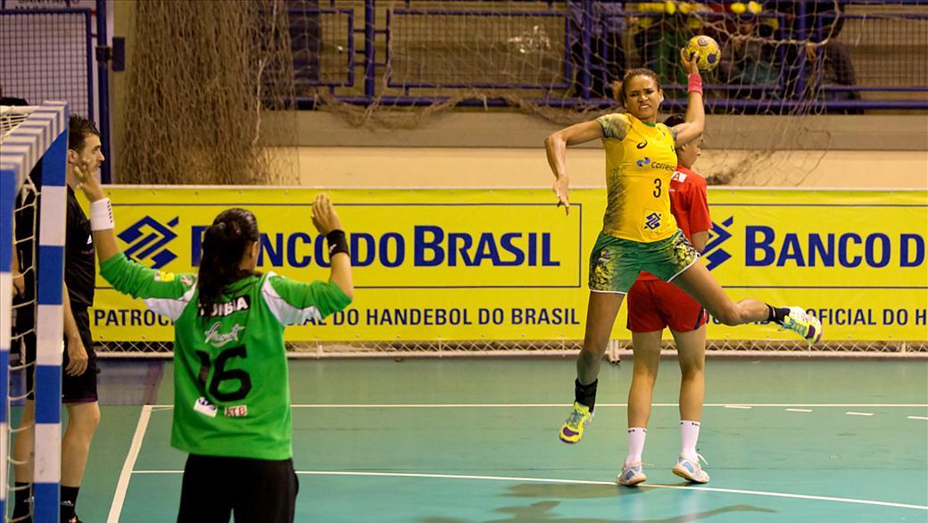Alexandra ponta-direita da seleção brasileira de handebol feminino