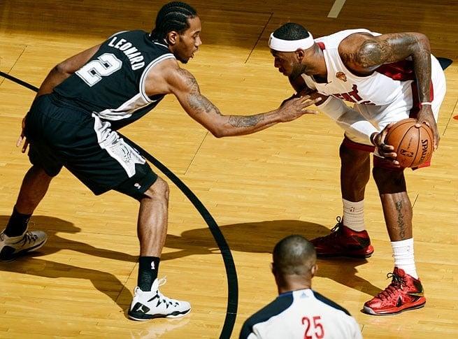 Kawhi Leonard marcando LeBron James