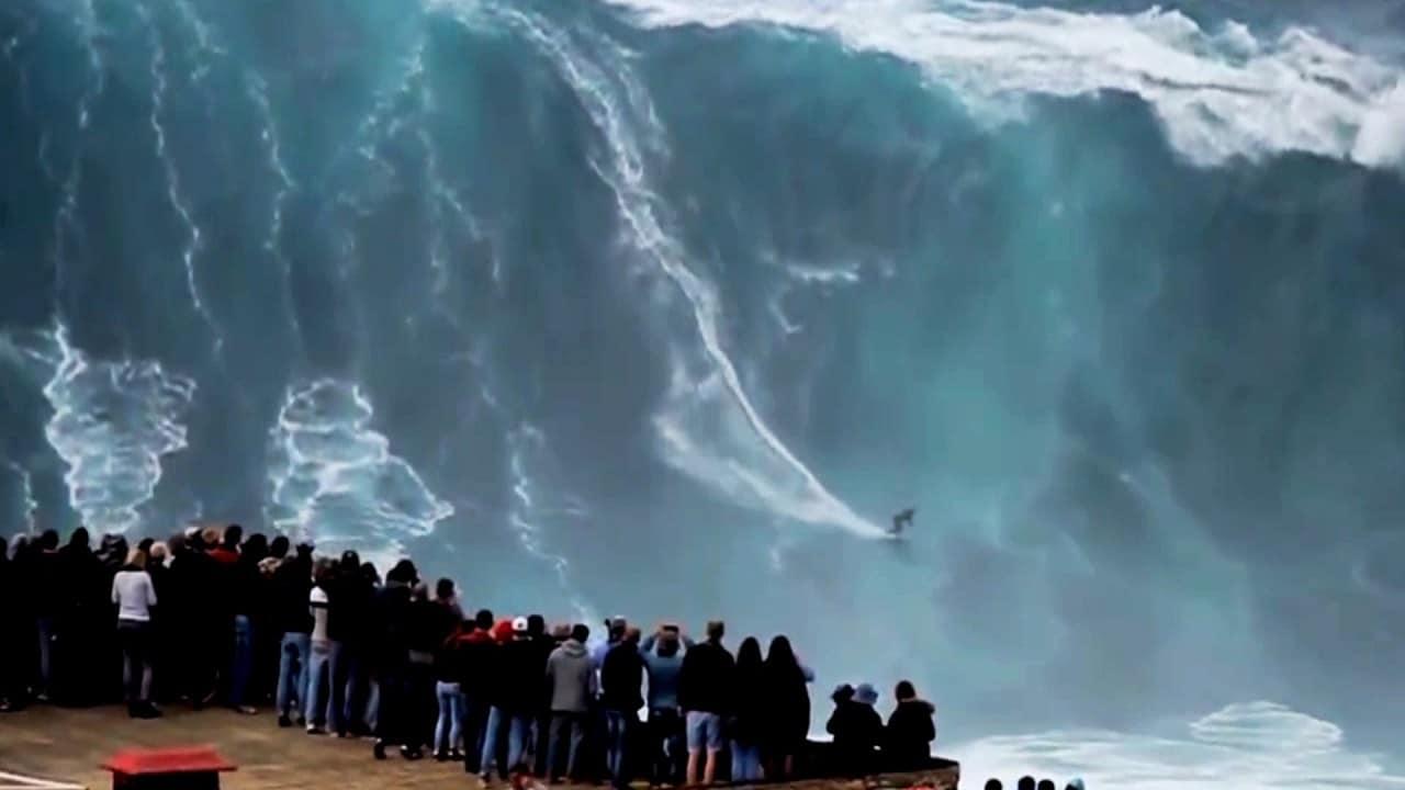 Surf em ondas gigantes em Nazaré, Portugal