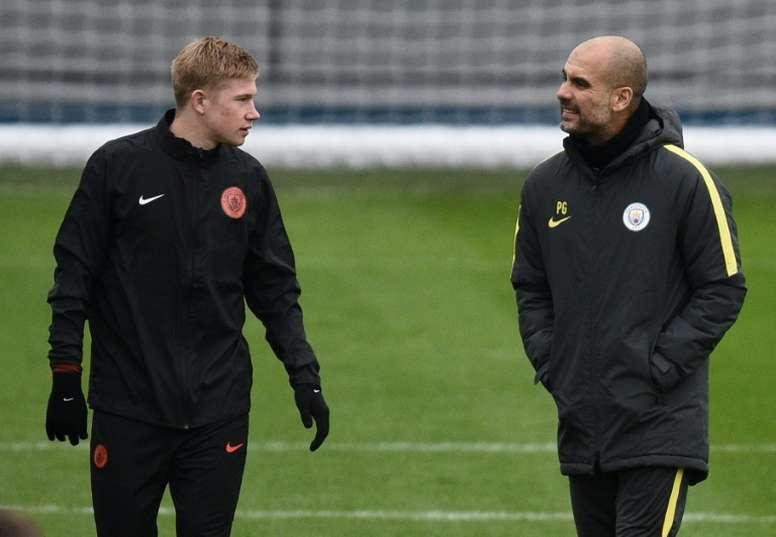Kevin De Bruyne e Pep Guardiola durante um treino do Manchester City.