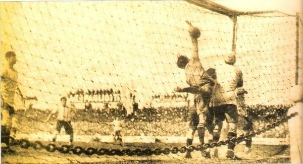 Momento do primeiro gol olímpico da história