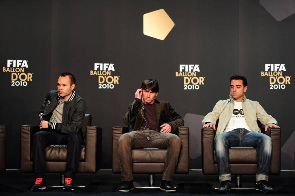 Iniesta, Messi e Xavii durante evento promocional da Bola de Ouro de 2010