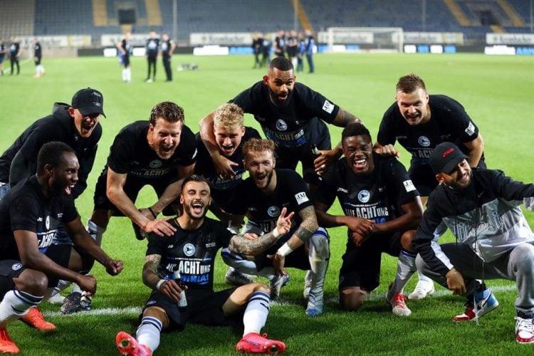 Jogadores do Arminia Bielefeld comemoram o acesso à Bundesliga