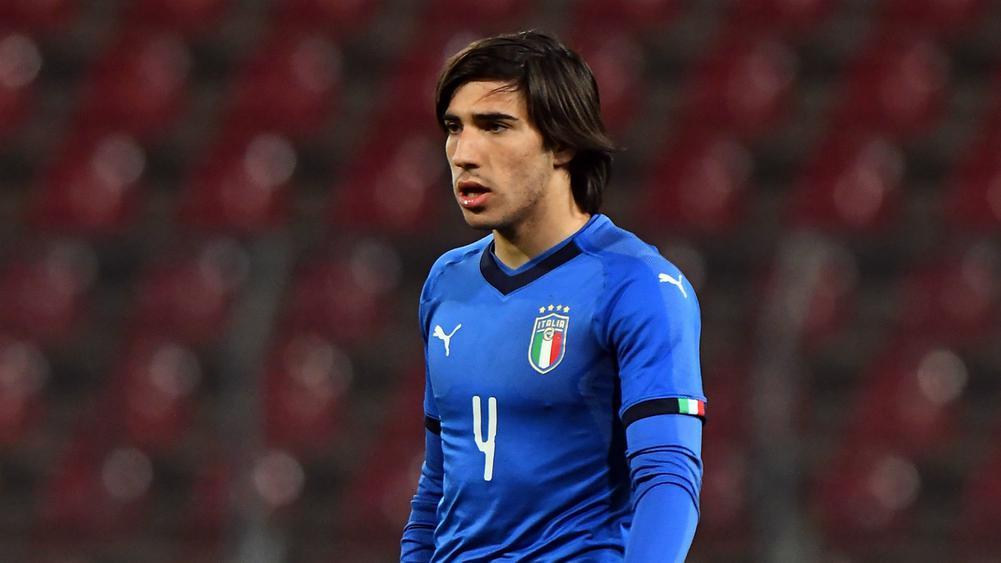 Tonali durante jogo da Seleção Italiana