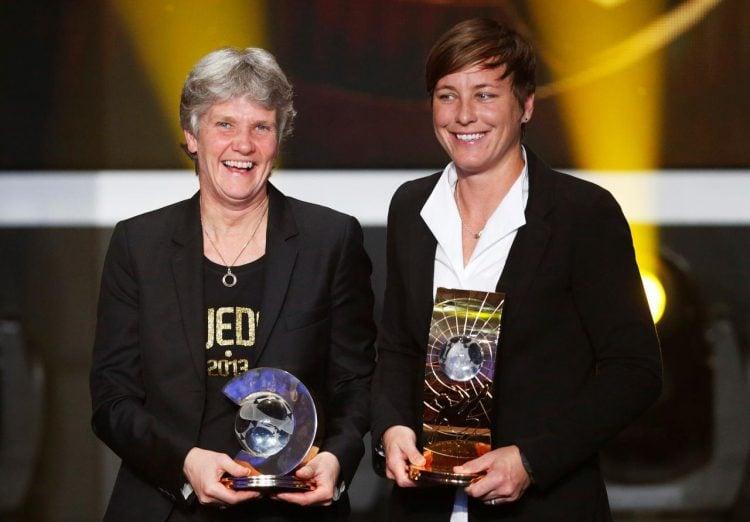 Pia recendo o premio de Treinadora do Ano de 2012