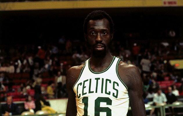 Tom Sanders com a camisa do Celtics