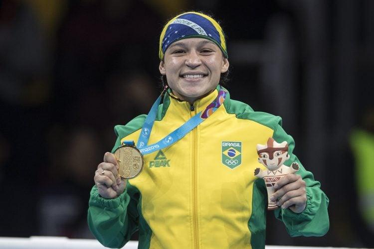 Beatriz com a medalha de Ouro do Pan 2019