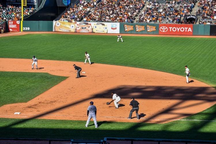 Jogadores durante partida de baseball