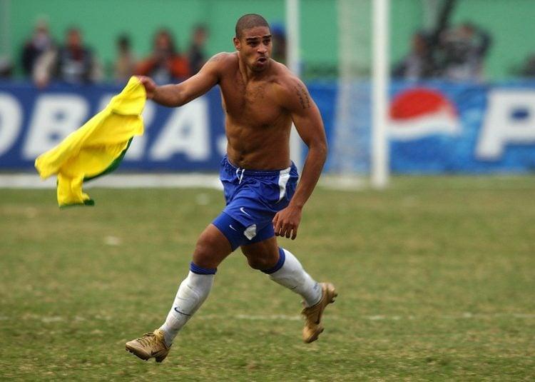 Adriano comemorando gol contra a Argentina em 2004