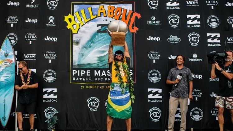 Imagem de Ítalo Ferreira levantando o troféu de Pipe Masters