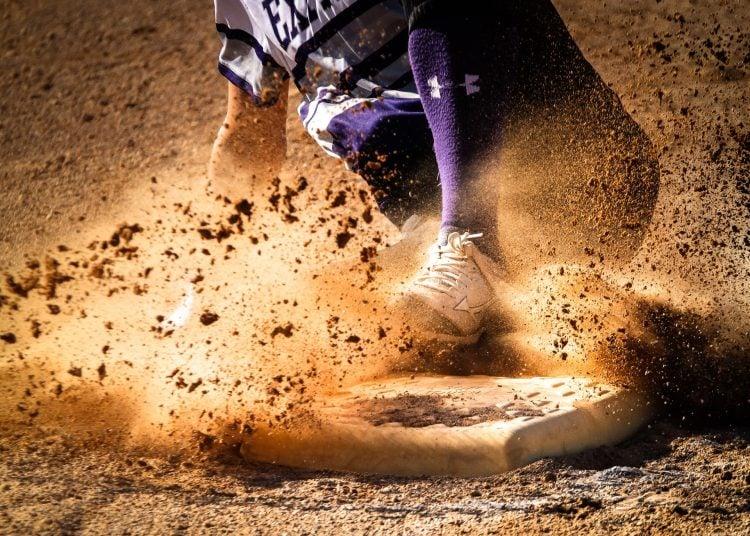 Jogador de beisebol atingindo uma base