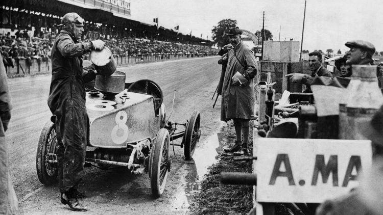 Iimagem do carro competitivo da Aston Martin nos anos 1920